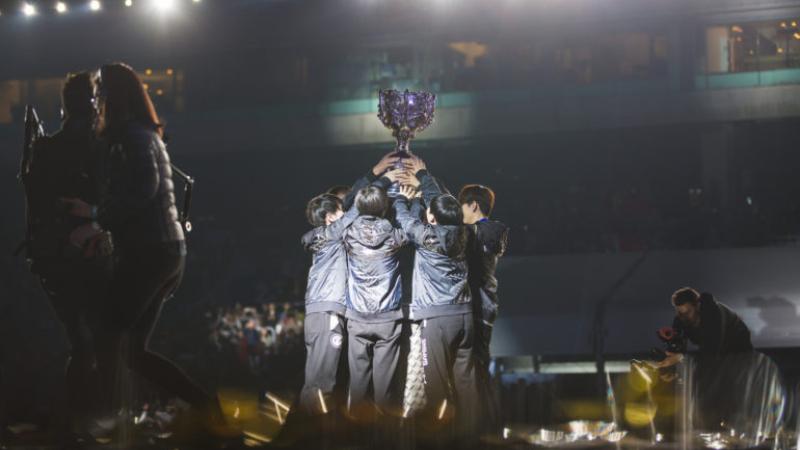 Tundukkan Fnatic, IG Bawa Pulang Trofi Worlds Pertama LPL
